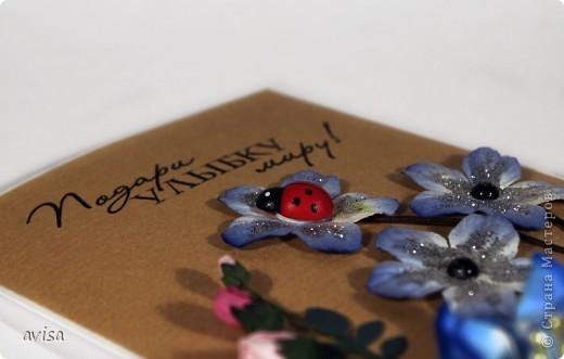 Кардсток, крафт-бумага, цветы, большой синий цветок самодельный, кружево, вощеный шнур, черные полужемчужины, божья коровка, пуговица, серебряные блестки, распечатка на принтере, дырокол листья фото 4