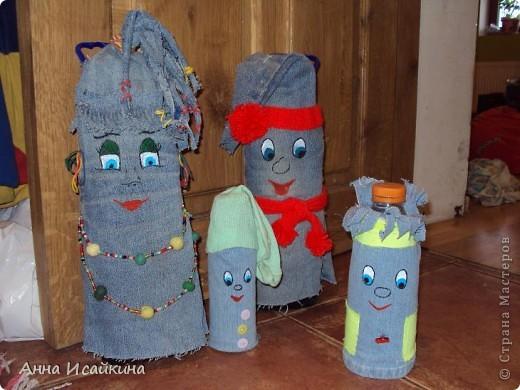 """Стояли у нас трехлитровые бутылки с водой, подпирали двери. Скучно стало. Сделала мама двух гномиков- хиппи из того, что было под рукой. А сын сказал: """"Непорядок. Где Илюша и Матюша?"""""""