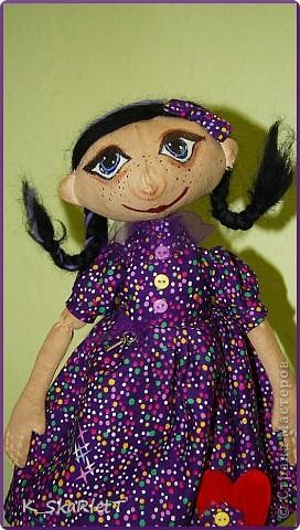 Мама давно у меня просила сшить для нее куклу, я все ни как. Всем сшила, очередь дошла и до нее. Было у мамы любимое платье которое она носила в молодости, (кстати ткань очень крепкая, но сыпучая) Вот я и решила сохранить память о платье в таком виде. Вот такая девчуля получилась. фото 2