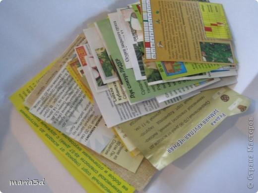 Коробка для хранения семян. Каждый раз, перебирая семена, ужасаюсь страшненькой коробочке в которой они хранятся. Порой семеня валяются где придется, перетянутые резинкой или завернуты в газетный обрывок.  Когда я, в преддверии посадочного сезона, не нашла очередные семена дома (точно знаю, что были!), то подумала - всё! Пора что-то с ними делать!  И сделала: фото 5