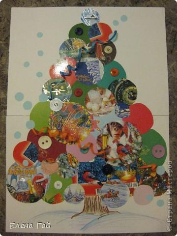 Взяла старые, обычные, поздравительные открытки. Вырезала из них круги разного диаметра. Составила (без клея) елочку. Далее использовала уже клей. Поверх приклеела пуговицы.