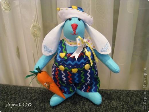 Это зайчик, которому я шила одежку с аистами и детками, мне не понравилось и  я его переодела, теперь они в паре с моим предыдущим голубым зайцем, просто братья красавцы. фото 1