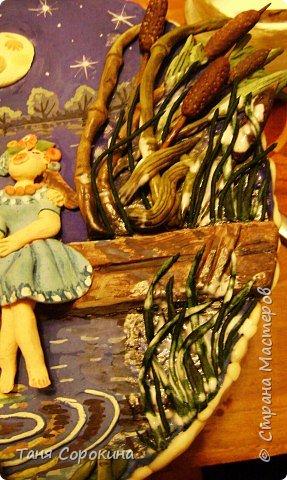 Ніч яка місячна, зоряна, ясная - Видно, хоч голки збирай! Вийди, коханая, працею зморена, Хоч на хвилиночку в гай...                                  (Українська народна пісня)  Вот и у меня родилась первая рыбка!  Я, конечно в студии обучала детей лепке из солёного теста, но сама не лепила...считала это детской забавой...Насмотревшись в Стране разных прекрасных настенных рыб, я уже давно хотела и сама себе вылепить какую-то рыбку... Но когда я увидела рыбок ГАЛЫ!!! Я просто ЗАБОЛЕЛА! Конечно, я не могла просто сповторюшничать! Вот и родилась такая колоритная украинская рыба.  Лунная ночка любовью полна,  Песню любви запевает она  И у реки в этой звёздной тиши  Вторят ей жабы, Луна, камыши...  Сядем, любимая, мы на мосток,  Будем лелеять любовный росток...  Пусть же вольётся наш радостный ор  В этот прекрасный волнующий хор!  фото 11