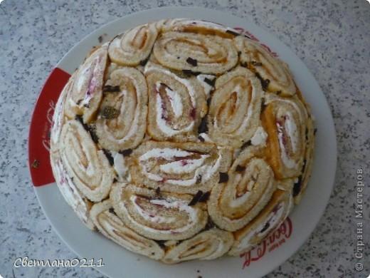 Вчера сделала тортик из рулетиков по рецепту lubov(  http://stranamasterov.ru/node/202890?c=favorite ) Понадобилось 2 рулета, 1 пачка творога,  200 гр. сметаны, 1 ст сахара, желатин 30 гр, 2 банана, 1  банка конс. ананасов, горсть мороженой смородины.  фото 2