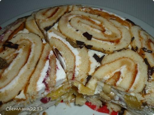 Вчера сделала тортик из рулетиков по рецепту lubov(  http://stranamasterov.ru/node/202890?c=favorite ) Понадобилось 2 рулета, 1 пачка творога,  200 гр. сметаны, 1 ст сахара, желатин 30 гр, 2 банана, 1  банка конс. ананасов, горсть мороженой смородины.  фото 1