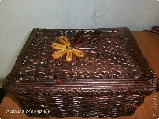 Шкатулка, выполненная в технике  плетение газетными трубочками. Оплетала коробку из-под обуви. Красила морилкой уже готовое изделие, покрывала лаком. фото 1