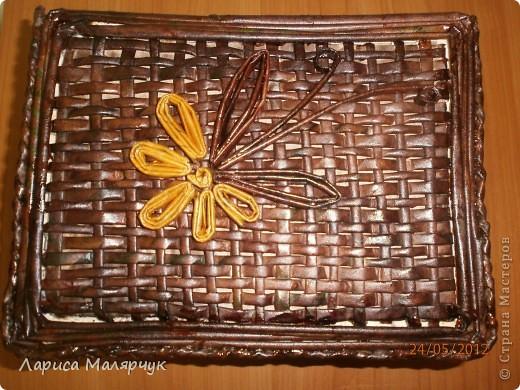 Шкатулка, выполненная в технике  плетение газетными трубочками. Оплетала коробку из-под обуви. Красила морилкой уже готовое изделие, покрывала лаком. фото 2