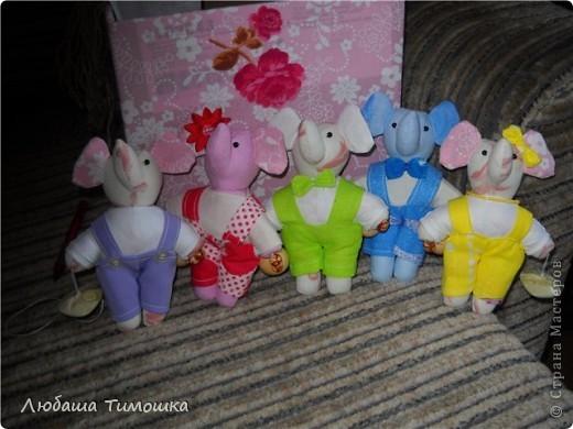 Слонята сшиты большой любительнице этих животных - девочке Насте. Сначала сшила одного слоненка. И подумала, а вдруг, второй будет еще лучше. Так и получилось пятеро. И все очаровашки. Нанизала их на нитку, между ними бусины - получилась гирлянда. Первая фотография уже сделана новой хозяйкой слонят. фото 2