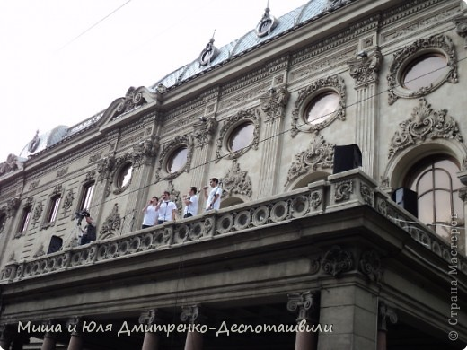 Сегодня на весь Тбилиси слышны грузинские песни, с разных сцен, расположенных вдоль города. Как на земле, так и на балконе )) фото 1