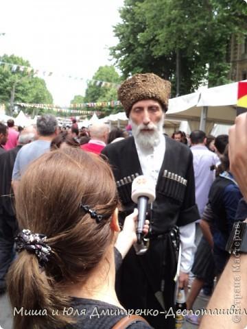 Сегодня на весь Тбилиси слышны грузинские песни, с разных сцен, расположенных вдоль города. Как на земле, так и на балконе )) фото 8