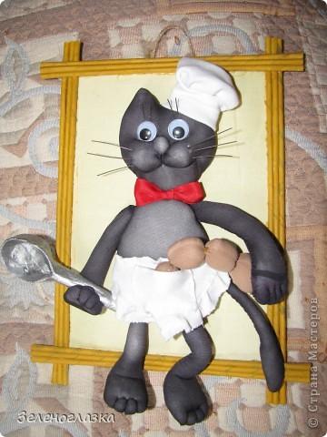 Решила украсить кухню и сотворила вот такого кота. Мы как раз недавно взяли черного котенка и по его прототипу поселился такой повар фото 1