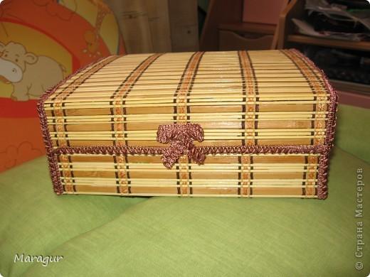 Это моя первая шкатулочка в подарок маме на 8 Марта. В основе обувная коробка 30*30*10. Обклеена бамбуковыми салфетками. Покрыла акриловым лаком в 2 слоя. фото 1