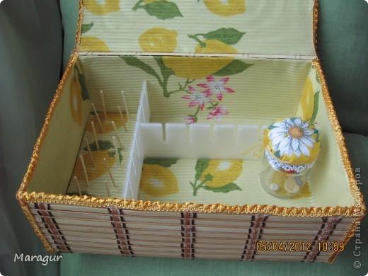 Это моя первая шкатулочка в подарок маме на 8 Марта. В основе обувная коробка 30*30*10. Обклеена бамбуковыми салфетками. Покрыла акриловым лаком в 2 слоя. фото 4