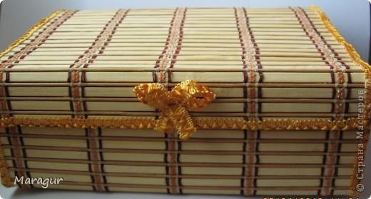 Это моя первая шкатулочка в подарок маме на 8 Марта. В основе обувная коробка 30*30*10. Обклеена бамбуковыми салфетками. Покрыла акриловым лаком в 2 слоя. фото 3