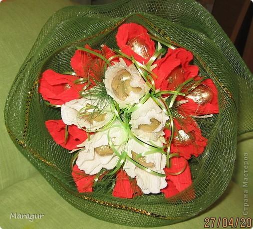 Коллега попросила сделать букет для ее мамы на Д/р. Вот что получилось. Розы делала впервые. бумаги других цветов в магазине не смогла купить - не было. фото 1