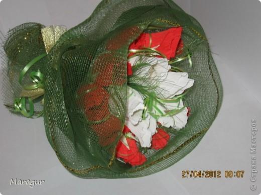 Коллега попросила сделать букет для ее мамы на Д/р. Вот что получилось. Розы делала впервые. бумаги других цветов в магазине не смогла купить - не было. фото 2