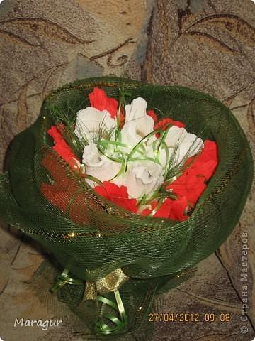 Коллега попросила сделать букет для ее мамы на Д/р. Вот что получилось. Розы делала впервые. бумаги других цветов в магазине не смогла купить - не было. фото 3