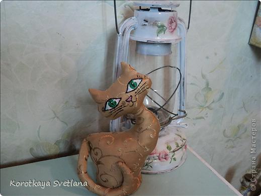 Не удержалась, срочно пошила котика или кошечку как у Ольги Качуровской, спасибо ей большое. Кнечно выкройку пришлось самой подгонять. Есть недочеты, в дальнейшем исправлю, но результат на лицо. Олечка, вот только твой реанимированный котик навел меня на мысль сшить из портьерной ткани (так быстрее получилось). В другой раз обязательно сошью ароматного котика.  фото 2