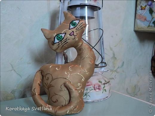 Не удержалась, срочно пошила котика или кошечку как у Ольги Качуровской, спасибо ей большое. Кнечно выкройку пришлось самой подгонять. Есть недочеты, в дальнейшем исправлю, но результат на лицо. Олечка, вот только твой реанимированный котик навел меня на мысль сшить из портьерной ткани (так быстрее получилось). В другой раз обязательно сошью ароматного котика.  фото 4