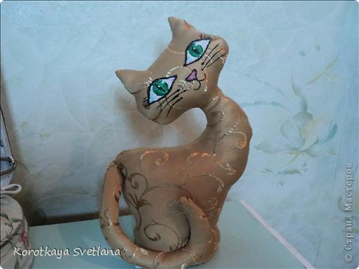 Не удержалась, срочно пошила котика или кошечку как у Ольги Качуровской, спасибо ей большое. Кнечно выкройку пришлось самой подгонять. Есть недочеты, в дальнейшем исправлю, но результат на лицо. Олечка, вот только твой реанимированный котик навел меня на мысль сшить из портьерной ткани (так быстрее получилось). В другой раз обязательно сошью ароматного котика.  фото 1