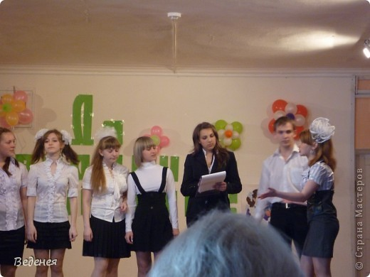 В нашей школе, на празднике Последнего звонка, традиционно кроме учеников первых классов, выпускников поздравляют десятиклассники.  фото 3