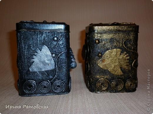 Сегодня в моем доме появились на свет баночки- близнецы. Сделана работа в технике Танечки Сорокиной  пейп-арт http://stranamasterov.ru/node/308701  Баночки жестяные.Рыбки вырезаны из кожи. Пузырьки- горох фото 1