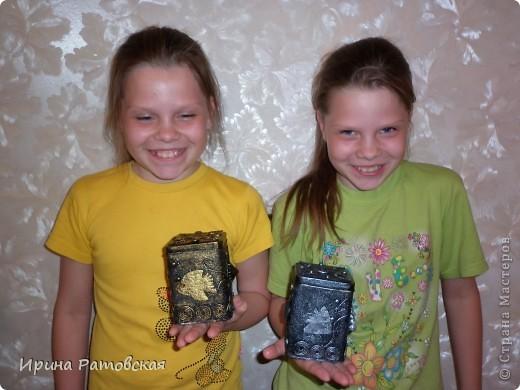 Сегодня в моем доме появились на свет баночки- близнецы. Сделана работа в технике Танечки Сорокиной  пейп-арт http://stranamasterov.ru/node/308701  Баночки жестяные.Рыбки вырезаны из кожи. Пузырьки- горох фото 6