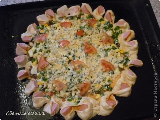 Сегодня на улице дождь целый день, поэтому захотелось порадовать домашних чем-нибудь вкусненьким и необычным. Испекла  пиццу-цветочек. Подробный МК здесь  http://stranamasterov.ru/node/363790?c=favorite . Свою пиццу я готовила из дрожжевого теста, начинка: кетчуп, колбаса, грибы жар. с луком, вареное яйцо, зеленый лук, майонез, сыр, немного помидор. сосиски. фото 2