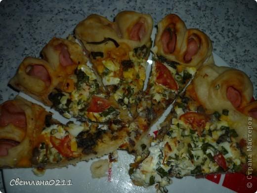 Сегодня на улице дождь целый день, поэтому захотелось порадовать домашних чем-нибудь вкусненьким и необычным. Испекла  пиццу-цветочек. Подробный МК здесь  http://stranamasterov.ru/node/363790?c=favorite . Свою пиццу я готовила из дрожжевого теста, начинка: кетчуп, колбаса, грибы жар. с луком, вареное яйцо, зеленый лук, майонез, сыр, немного помидор. сосиски. фото 1