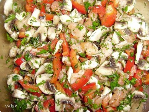 Дорогие друзья, представляю вам один из моих любимых салатов. Однажды попробовала этот салатик в ресторане, очень понравился. Теперь иногда делаю дома при наличии продуктов. Итак, рецептик: Продукты: сёмга (лосось) слабосолёная - 200-300 г;                   один большой сладкий сочный перец;                   шампиньоны свежие - 200-300 г;                   пучок свежей зелени (укроп, петрушка);                   сок половинки лимона;                   соль, перец - по вкусу;                   растительное масло. Приготовление: грибы вымыть, порезать пластинками, выжать на них сок лимона, перемешать, оставить минут на 10-20, чтоб промариновались слегка.  Перец очистить от семян и перегородок, нарезать соломкой. Рыбку нарезать брусочками. Зелень мелко порубить. Смешать все ингредиенты, добавить соль и перец по вкусу, заправить растительным маслом. Приятного аппетита!
