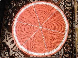 Всем здравствуйте. Вот ещё один вязаный фрукт-подушка АПЕЛЬСИНЧИК. Делается также как и подушка арбуз. Вяжутся два круга, между ними поролон.  сбоку вязаная полоска по высоте поролона. Все это соединяется, пришивается листик и можно пользоваться. фото 2
