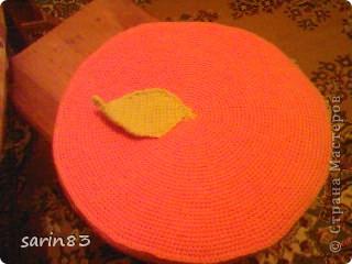 Всем здравствуйте. Вот ещё один вязаный фрукт-подушка АПЕЛЬСИНЧИК. Делается также как и подушка арбуз. Вяжутся два круга, между ними поролон.  сбоку вязаная полоска по высоте поролона. Все это соединяется, пришивается листик и можно пользоваться. фото 1