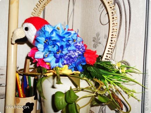 """вот он и """"родился"""" Тоша(сделан так же как и лебеди- форма вырезана из пенопласта,голова,клюв.щечки- вязаные,глазки пуговицы.туловище из различных искусственных цветов и голубой сетки,хвост-это оставшиеся от цветов ветки с листьями.лапки-проволока обмотана нитками) фото 3"""