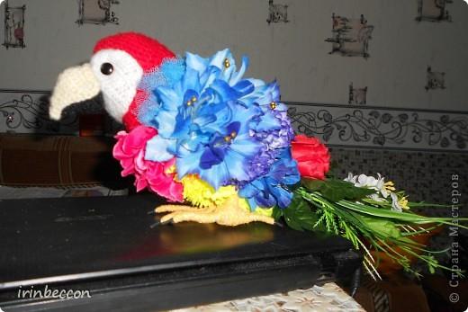 """вот он и """"родился"""" Тоша(сделан так же как и лебеди- форма вырезана из пенопласта,голова,клюв.щечки- вязаные,глазки пуговицы.туловище из различных искусственных цветов и голубой сетки,хвост-это оставшиеся от цветов ветки с листьями.лапки-проволока обмотана нитками) фото 1"""