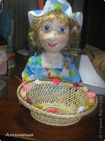 Ну вот могу наконец то показать вам мою куколку-конфетницу. Сделана в подарок по летней игре и наконец то она добралась вчера до адресатов. С какими трудностями нам пришлось столкнуться, чтобы отправить посылочку - это длинная история, но конец оказался счастливым!!!! Приехал почтальон Печкин и доставил таки посылку по адресу на коробке. Девочка получилась милая, нежная, просто очень очаровательная. С удовольствием будет угощать всех конфетами и печеньем к чаю. фото 1