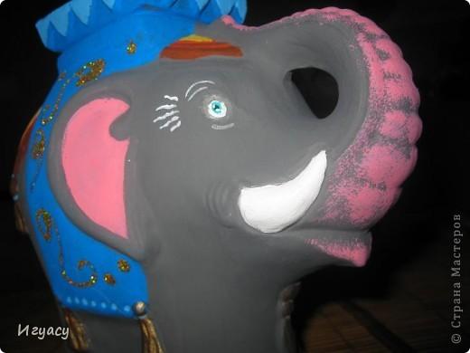 Хочу показать вам,раскрашенную мною фигурку слона.Рисовала долго,так как  было достаточно трудно разукрашивать фигуру.По бокам украшено блёстками. Сбоку. фото 2