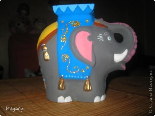 Хочу показать вам,раскрашенную мною фигурку слона.Рисовала долго,так как  было достаточно трудно разукрашивать фигуру.По бокам украшено блёстками. Сбоку. фото 1