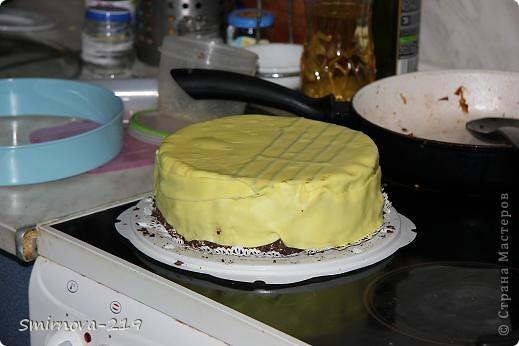 Вот такое мы сотворили на Д/Р ребенка. Торт купили в магазине, печь было некогда. Купили готовую мастику и красители. Мастика очень хорошая пластичная. Смешав красители получили оранжевый. Раскатали на пищевой пленке. фото 2