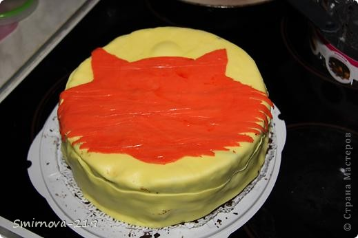 Вот такое мы сотворили на Д/Р ребенка. Торт купили в магазине, печь было некогда. Купили готовую мастику и красители. Мастика очень хорошая пластичная. Смешав красители получили оранжевый. Раскатали на пищевой пленке. фото 3