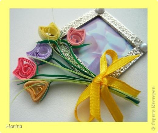 Пятое задание: ЦВЕТОЧНАЯ МИНИАТЮРА Делаем миниатюру с цветами РУЧНОЙ РАБОТЫ. Подробности здесь: http://littlefun-by-d.blogspot.com/ Самые любимые цветы моего сына – это тюльпаны. Чтобы сделать их, я использовала технику квиллинга. Очень кстати пригодилась металлическая деталь фурнитуры от сумки:  она будет небольшой фоторамочкой. И вот что получилось:   фото 1