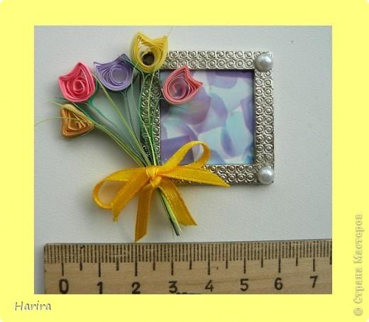 Пятое задание: ЦВЕТОЧНАЯ МИНИАТЮРА Делаем миниатюру с цветами РУЧНОЙ РАБОТЫ. Подробности здесь: http://littlefun-by-d.blogspot.com/ Самые любимые цветы моего сына – это тюльпаны. Чтобы сделать их, я использовала технику квиллинга. Очень кстати пригодилась металлическая деталь фурнитуры от сумки:  она будет небольшой фоторамочкой. И вот что получилось:   фото 2