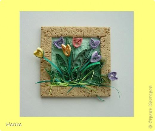 Пятое задание: ЦВЕТОЧНАЯ МИНИАТЮРА Делаем миниатюру с цветами РУЧНОЙ РАБОТЫ. Подробности здесь: http://littlefun-by-d.blogspot.com/ Самые любимые цветы моего сына – это тюльпаны. Чтобы сделать их, я использовала технику квиллинга. Очень кстати пригодилась металлическая деталь фурнитуры от сумки:  она будет небольшой фоторамочкой. И вот что получилось:   фото 3