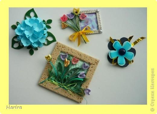 Пятое задание: ЦВЕТОЧНАЯ МИНИАТЮРА Делаем миниатюру с цветами РУЧНОЙ РАБОТЫ. Подробности здесь: http://littlefun-by-d.blogspot.com/ Самые любимые цветы моего сына – это тюльпаны. Чтобы сделать их, я использовала технику квиллинга. Очень кстати пригодилась металлическая деталь фурнитуры от сумки:  она будет небольшой фоторамочкой. И вот что получилось:   фото 6