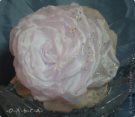 Роза сладкая, роза нежная,  Как знамение неизбежного.  Красота её - штука сложная,  Бесшабашная, невозможная,  Утончённая и порочная,  Обжигающе паморочная.  Хоть не ландыш она и не лилия  Только в Мире всём нет красивее.  фото 1