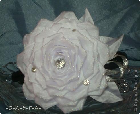 Роза сладкая, роза нежная,  Как знамение неизбежного.  Красота её - штука сложная,  Бесшабашная, невозможная,  Утончённая и порочная,  Обжигающе паморочная.  Хоть не ландыш она и не лилия  Только в Мире всём нет красивее.  фото 7