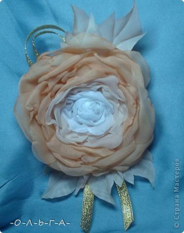 Роза сладкая, роза нежная,  Как знамение неизбежного.  Красота её - штука сложная,  Бесшабашная, невозможная,  Утончённая и порочная,  Обжигающе паморочная.  Хоть не ландыш она и не лилия  Только в Мире всём нет красивее.  фото 8