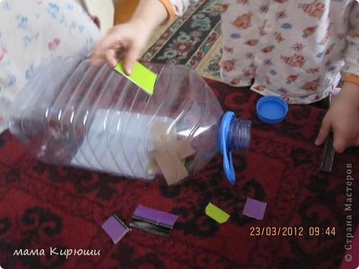 1) Надо просунут кусочки картона в щель в бутылке, потом трясти бутылку пока они не повыпадают.  фото 1