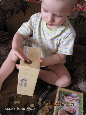 1) Надо просунут кусочки картона в щель в бутылке, потом трясти бутылку пока они не повыпадают.  фото 11