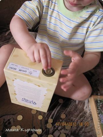 1) Надо просунут кусочки картона в щель в бутылке, потом трясти бутылку пока они не повыпадают.  фото 10