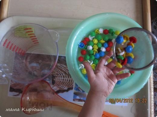 1) Надо просунут кусочки картона в щель в бутылке, потом трясти бутылку пока они не повыпадают.  фото 4